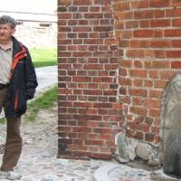 Objazd po Rugii - Marek Ober przed słowiańską rzeźbą w ścianie kościoła w Bergen