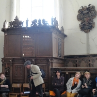 Marek Ober opowiada w kaplicy w Gribenow