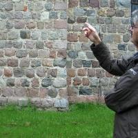 4 Schonermark nasz wspaniały przewodnik Pan Marek Ober wsród tytułowych granitowych kwader